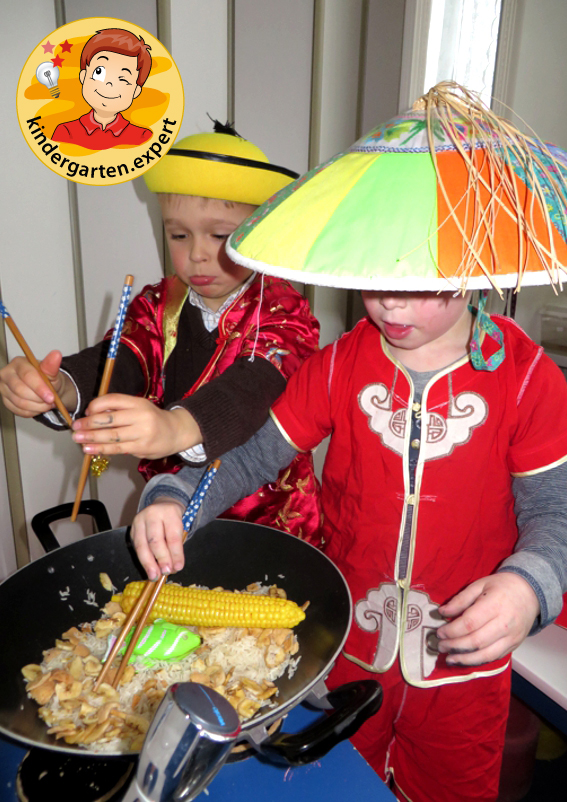 Chinese role play in the theme center, stir fry 2, China theme, kindergarten expert