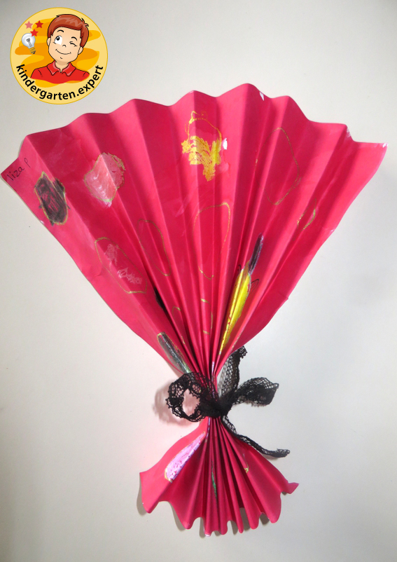 Making a Chinese fan, China theme, kindergarten expert