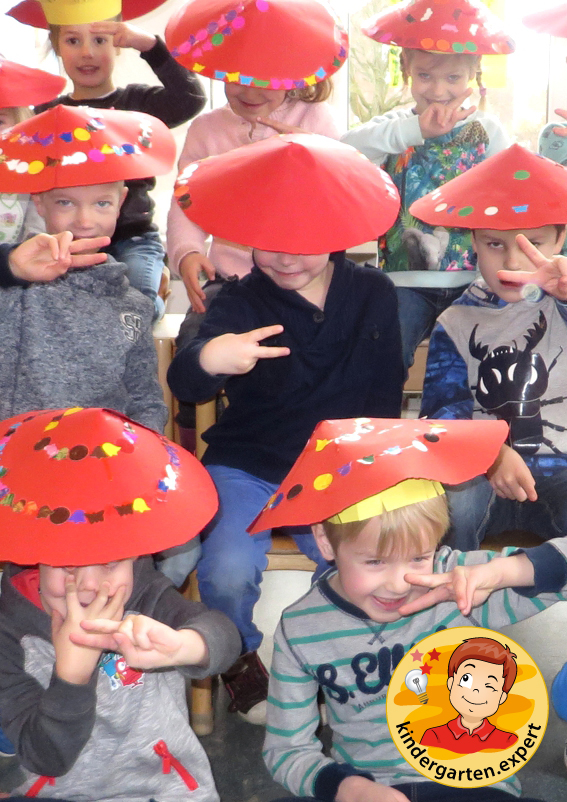 Making a chinese hat, China theme, kindergarten.expert