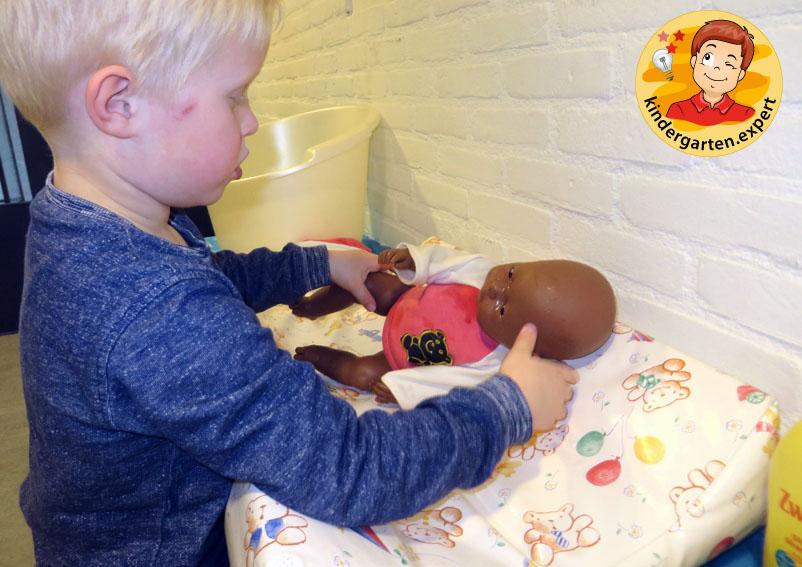 Giving the doll a bath 3, theme center, baby theme, kindergarten.expert